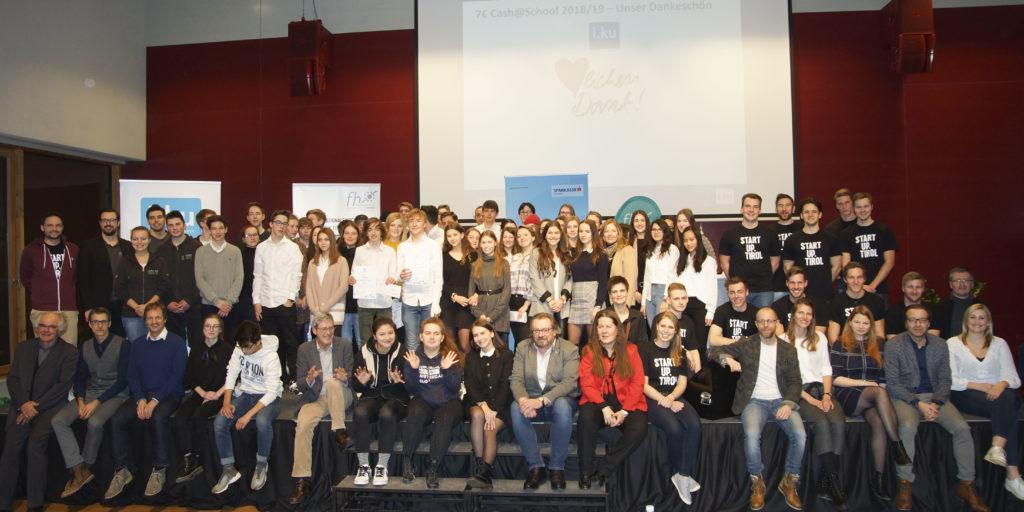 Alle TeilnehmerInnen des i.ku-Wettbewerbs mit ihren Coaches, den Lehrersonen und der Jury.